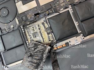 На Макбук загорілася батарея
